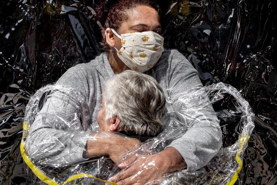 """Die erste Umarmung seit 5 Monaten. Das Coronavirus hat 4,1 Millionen Brasilianer infiziert, mehr als 127.000 sind gestorben. Seit März 2020 sind in Altenheimen keine Familienbesuche mehr erlaubt und das Pflegepersonal hat jeglichen körperlichen Kontakt so weit wie möglich eingeschränkt. Aber bei """"Viva Bem"""" außerhalb von Sao Paulo müssen die Älteren nicht mehr ohne Umarmungen leben. Ein speziell angefertigter Plastikvorhang mit Ärmeln lässt die Familie ganz nah ran. Und wenn die Angehörigen nicht kommen können, hilft das Personal mit. Hier sind alle Familienmitglieder, wie die Mitarbeiter erklären. Und jeder verdient eine wirklich enge Umarmung. Der erste seit fünf Monaten."""