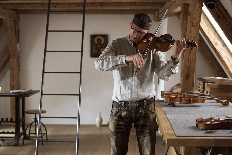 Mit dem Bogen streicht Schleske über die Saiten der soeben spielfertig gewordenen Violine Opus 323. Erst in diesem Moment wird Akustik zu Klang, sagt er. Dann ertöne aus dem Holz etwas, das man nicht messen könne, nur spüren