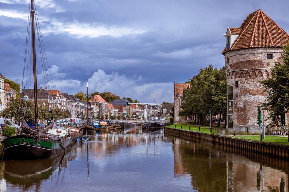 Kanal in Zwolle mit alten Booten