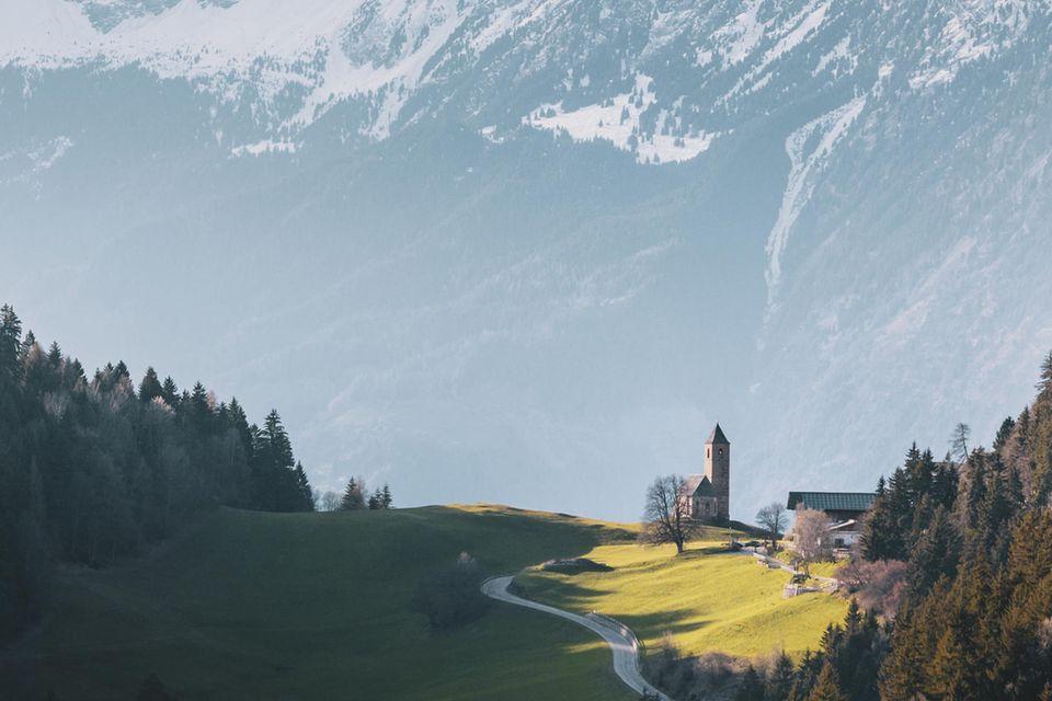 """18.10.2021      """"Eine """"kleine"""" Kirche vor den mächtigen Bergmassiv.""""      Ort:Hafling  Mehr Fotos vonMartin Girtler"""