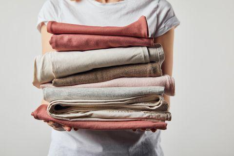 Nachhaltiger Konsum: Die Zeit der Altkleidercontainer ist vorbei: Wie Sie mit Kleiderspenden wirklich helfen