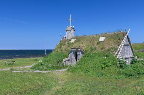 Rekonstruiertes Gebäude aus der Wikingerzeit neben der Stätte von L'Anse aux Meadows