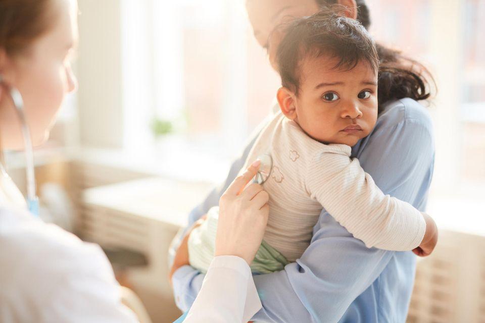 Mutter mit Kind im Kinderkrankenhaus