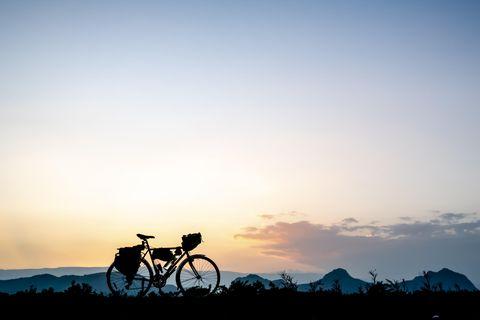 Bikepacking führt oft mitten in die Natur - dort sollten sich Radfahrer aber auch zu verhalten und benehmen wissen